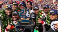 Ferrnando Alonso po vítězství v Le Mans s ostatními jezdci Toyoty