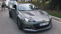 Mohutně upravené Subaru BRZ s českými značkami se prohánělo ulicemi Monaka