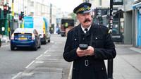 Jeremy Clarkson oblékl uniformu dopravního policisty a vydal se zkontrolovat zaparkované automobily