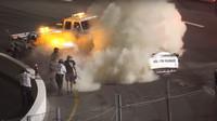 Závodní stroj skončil po drobné kolizi v plamenech