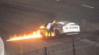 Závodní stroj zachvátily plameny, odvážný otec přesto běžel vytáhnout svého syna - anotační obrázek