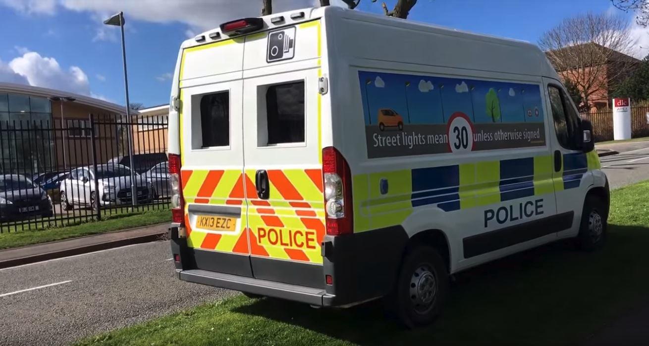 Britská policie ráda klade pasti na řidiče. Například rychlost monitoruje z těchto dodávek, jejichž radary mají dosah až kilometr