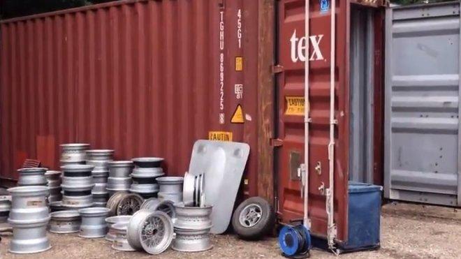 Starý lodní kontejner se proměnil ve zlatý důl. Desítky součástek na klasické sportovní vozy byly oceněny na 23.4 milionu korun