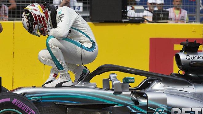 Lewis Hamilton k výhře v kvalifikaci přidal i triumf v závodě
