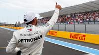 Lewis Hamilton se zdraví se svými fanoušky