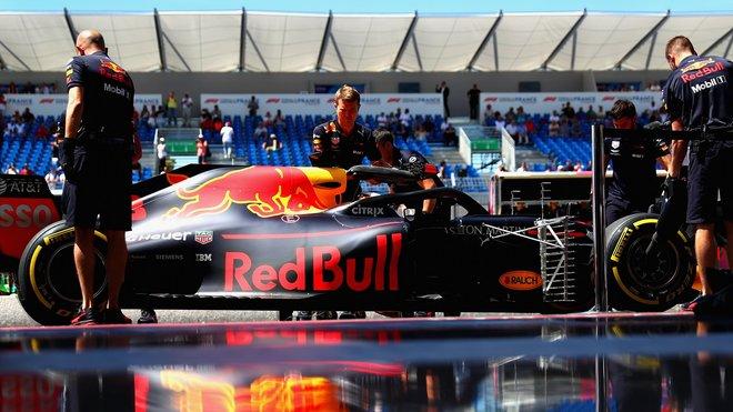 Daniel Ricciardo u mechaniků Red Bullu