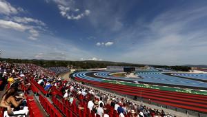 GRAFIKA: Startovní rošt GP Francie po penalizaci Hartleyho - Mercedesy z 1. řady - anotační obrázek