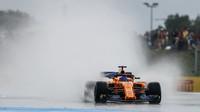 Fernando Alonso za deště v sobotním tréninku ve Francii