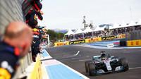 Lewis Hamilton v cíli závodu ve Francii