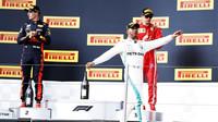 Lewis Hamilton slaví první místo na pódiu po závodě ve Francii