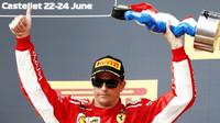 Kimi Räikkönen na pódiu po závodě ve Francii
