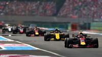 Max Verstappen a Carlos Sainz v závodě ve Francii