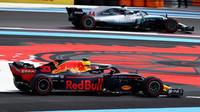 Max Verstappen a Lewis Hamilton v závodě ve Francii