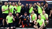 Max Verstappen se svou trofejí a mechaniky po závodě ve Francii