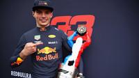 Max Verstappen se svou trofejí po závodě ve Francii