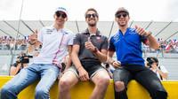 Tři francouzští jezdci před závodem ve Francii