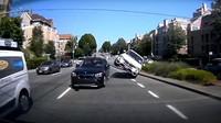 Nejabsurdnější nehoda roku? Obyčejný manévr se zvrhl v kaskadérskou show - anotační foto