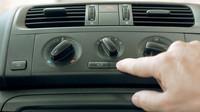 Teplotu na minimum a spustit klimatizaci, jedině tak se dá v létě v autě vydržet