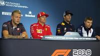 Kevin Magnussen, Kimi Raikkonen, Daniel Riccardo a Sergej Sirotkin na tiskové konferenci