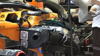 Pod kapotou McLarenu MCL33