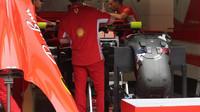 Přípravy na voze Ferrari plus sedačka v Rakousku