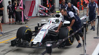 Mechanici přivážejí vůz Williams v Rakousku