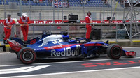 Brendon Hartley s vylepšeným vozem Toro Rosso STR13 v 1. tréninku