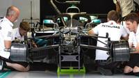 Práce na Mercedesu, který přijel s vylepšeným vozem