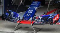 Detail nového předního křídla Torro Rosso v 1.tréninku v Rakousku