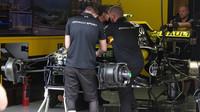 Přípravy vozu Renault v 1.tréninku v Rakousku