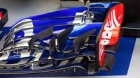 Detail nového předního křídla Toro Rosso v 1.tréninku v Rakousku