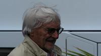 Bernie Ecclestone v padoku v Rakousku se zarostlou bradkou