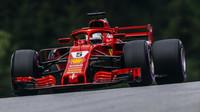 Sebastian Vettel s otevřeným zadním křídle ve Velké ceně Rakouska 2018