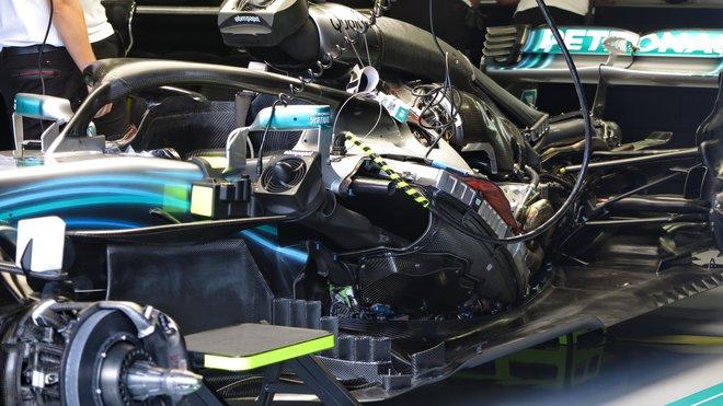 Odkrytý Mercedes W09 v rakouských boxech