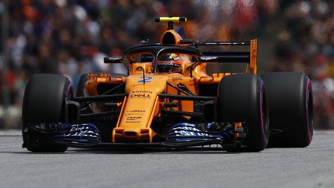 Stoffel Vandoorne s otevřeným zadním křídlem svého McLarenu MCL33