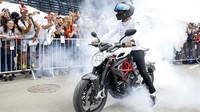 Lewis Hamilton přijel na motorce na okruh v Rakousku