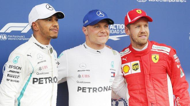 Sebastian Vettel (vpravo) s piloty Mercedesu