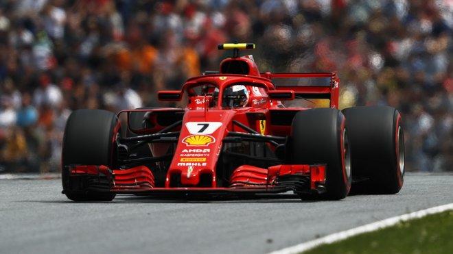 Kimi Räikkönen v Rakousku s otevřeným zadním křídlem v DRS zóně