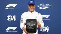 Valtteri Bottas a jeho pole position po kvalifikaci v Rakousku