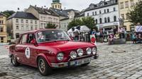 Sedan Škoda 100 L Rallye (1970) zaujme řadou dobových prvků výbavy soutěžního vozu.