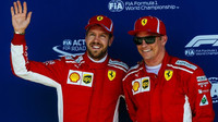 Týmoví kolegové Ferrari - Sebastian Vettel (vlevo) a Kimi Räikkönen