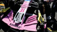 Přední křídlo vozu Force India před závodem v Silverstone