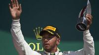 Lewis Hamilton po Velké ceně Británie s trofejí za druhé místo