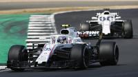 Sergej Sirotkin a Lance Stroll v závodě v Silverstone