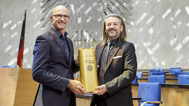 """Klaus Bischoff, šéfdesignér značky Volkswagen, převzal na slavnostním vyhlášení výsledků soutěže Plus X Award ocenění """"Nejinovativnější značka 2018"""" od Donata Brandta, generálního ředitele soutěže PLUS X AWARD."""