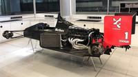 Historický monopost McLarenu MP4/5 rozebraný v továrně ve Wokingu
