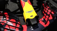 Přední křídlo vozu Red Bull před závodem v Silverstone