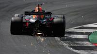 Daniel Ricciardo jiskřil v závodě v Silverstone