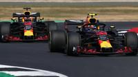 Daniel Ricciardo a Max Verstappen v závodě v Silverstone
