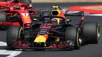 Max Verstappen před Kimim Räikkönenem